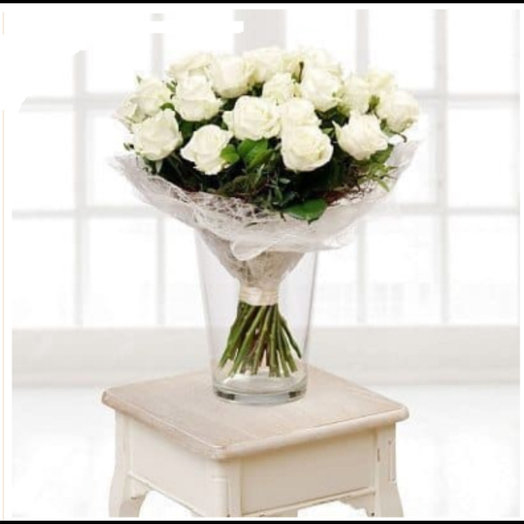25 белых роз с зеленью: букеты цветов на заказ Flowwow