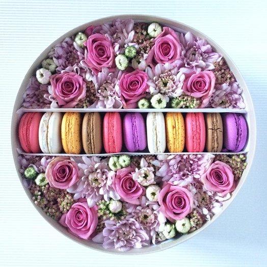 Коробка цветочно-сладкая с макарунами