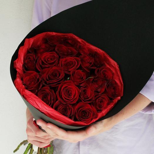Красные розы в черном крафте: букеты цветов на заказ Flowwow