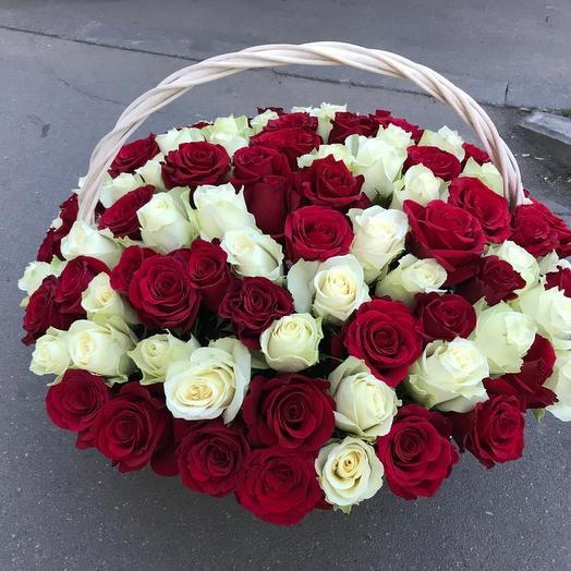 101 красно-белая роза в корзине: букеты цветов на заказ Flowwow