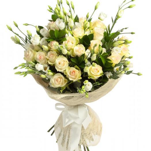 Белые розы и лизиантус: букеты цветов на заказ Flowwow
