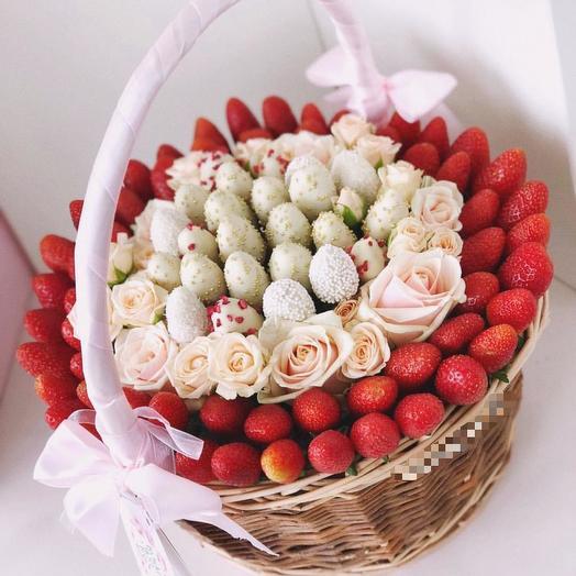 Корзина с клубникой в шоколаде: букеты цветов на заказ Flowwow