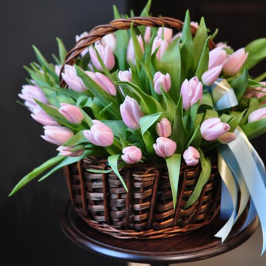 Большая корзина с тюльпанами: букеты цветов на заказ Flowwow
