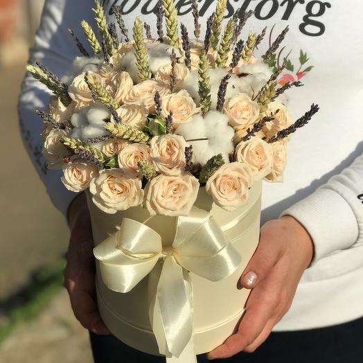 Коробки с цветами. Кустовые розы. Хлопок. Пшеница. N459: букеты цветов на заказ Flowwow