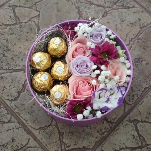 """Композиция с конфетами """"Вместо 1000 слов"""": букеты цветов на заказ Flowwow"""