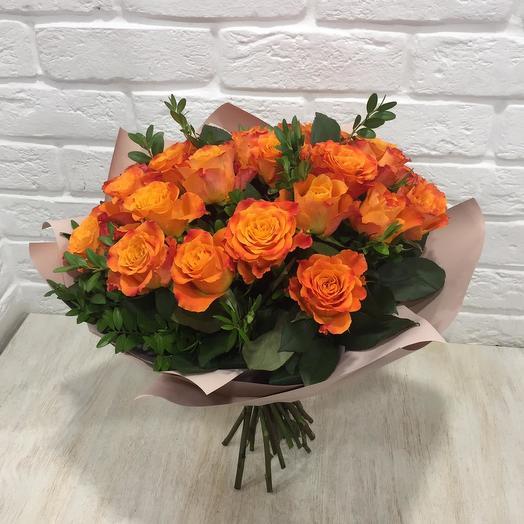 Букет оранжевых роз с зеленью