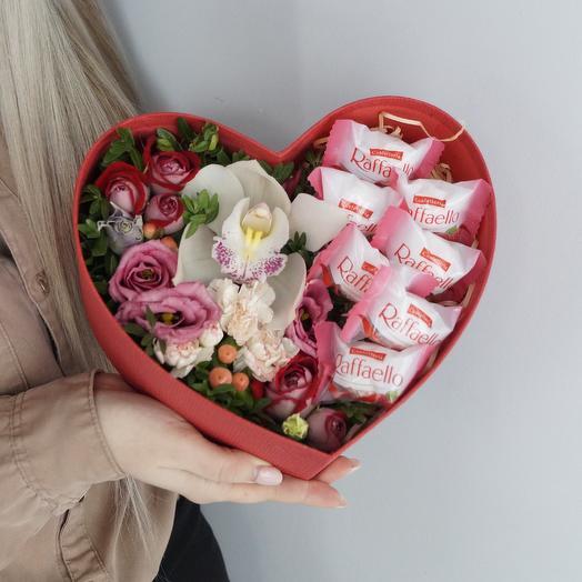 Шляпная коробка «Цветочное сердце»: букеты цветов на заказ Flowwow
