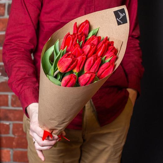 15 высоких красных тюльпанов премиум в крафте