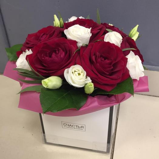 Коробочка с красными розами и эустомой