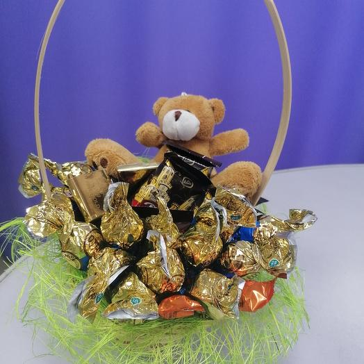 Корзинка с конфетами и мишкой
