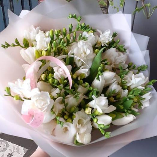 Фрезия и тюльпаны