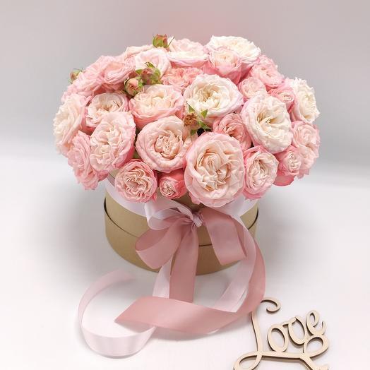Пионовидные кустовые розы в шляпной коробке