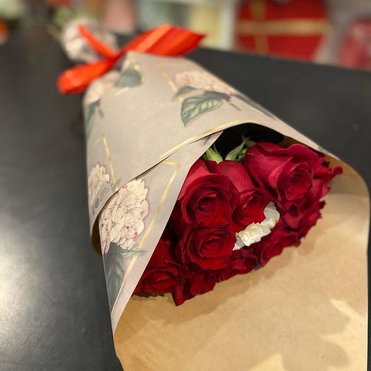 Букет из 11 эквадорских роз в крафте