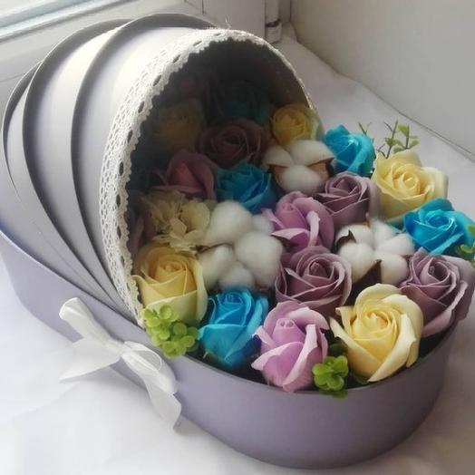 Букет с цветами из мыла в виде детской коляски для мальчика