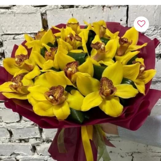 15  желтых орхидеей с зеленью в оформлении