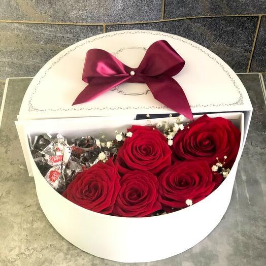 Цветы в коробке «Вам сюрприз!Роза и трюфель»