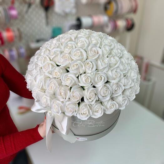 Белые мыльные 101 роза в шляпной коробке