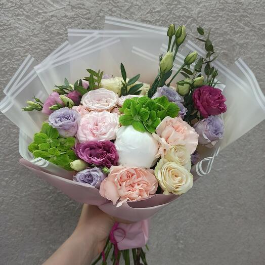 Стильный с пионом и ассорти цветов