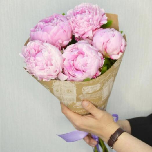 5 бело-розовых пионов в крафте