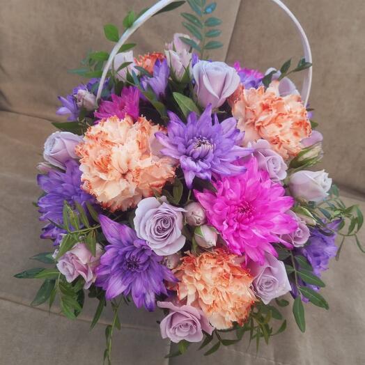 Корзина с цветами яркими