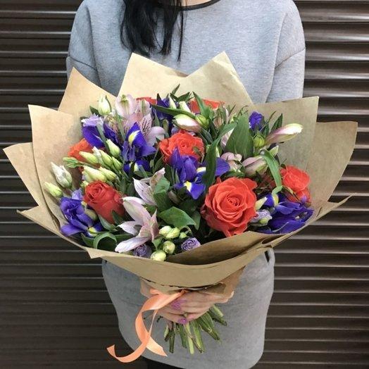Букет из роз и ирисов в крафте: букеты цветов на заказ Flowwow