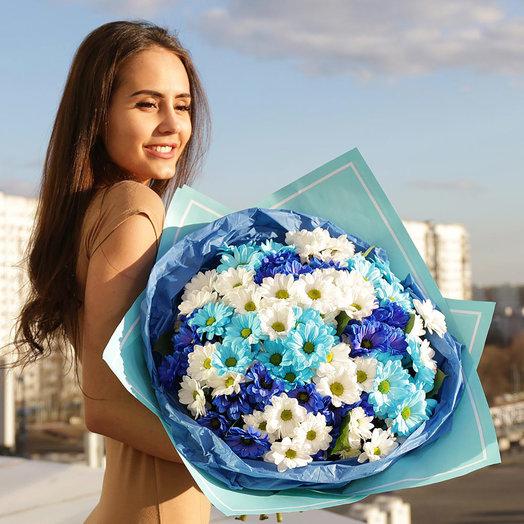 Букет из голубых и белых хризантем