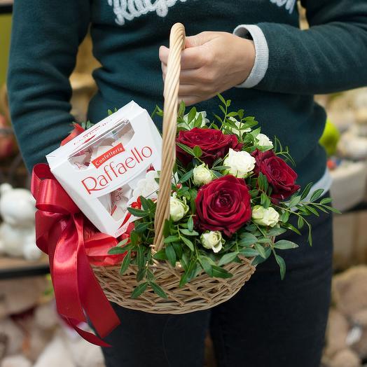 """Корзина с цветами и конфетами """"Романтический подарок"""": букеты цветов на заказ Flowwow"""