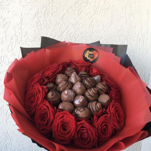 Розы, Клубника и шоколад: букеты цветов на заказ Flowwow