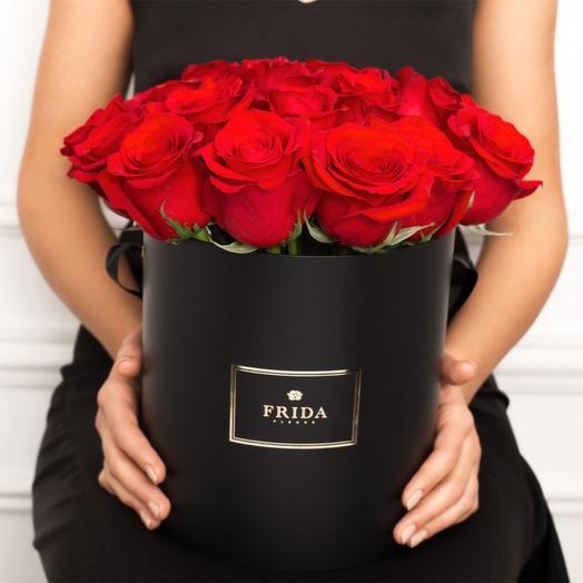 Красные розы в стильной коробке: букеты цветов на заказ Flowwow