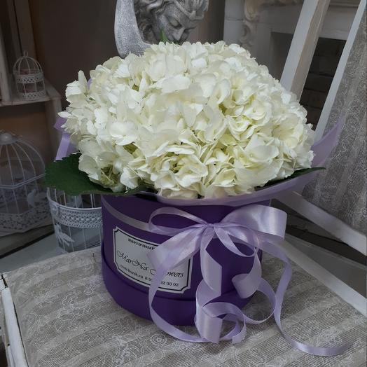 Шляпная коробка с белыми гортензиями