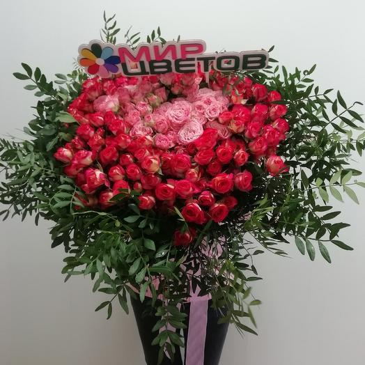 Яркий букет из кустовых роз