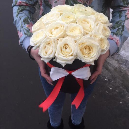 Белые розы в коробке: букеты цветов на заказ Flowwow
