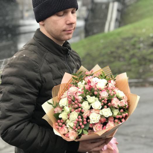 Розы и Гиперикум в букете: букеты цветов на заказ Flowwow
