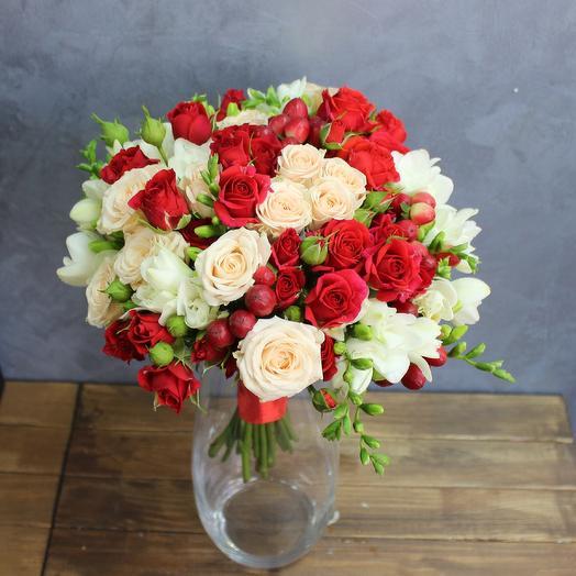 Букет на свадьбу из роз и фрезии