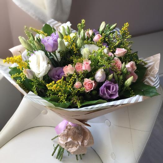 Букет с эустомой и розам: букеты цветов на заказ Flowwow