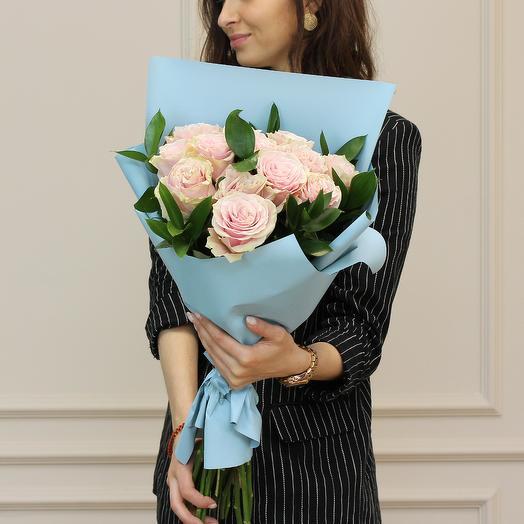 Букет из розовых премиум роз с зеленью: букеты цветов на заказ Flowwow