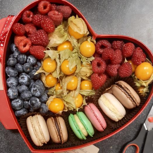 Сердце с ягодами и макарони
