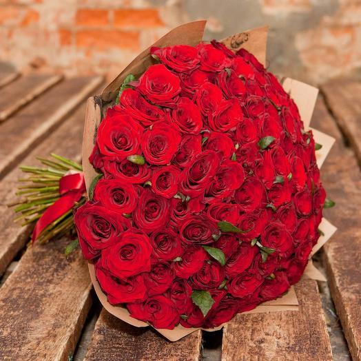 51 красная роза (Россия) 40 см в крафте: букеты цветов на заказ Flowwow