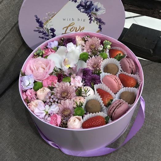 Круглая коробка с цветами и сладостями: букеты цветов на заказ Flowwow