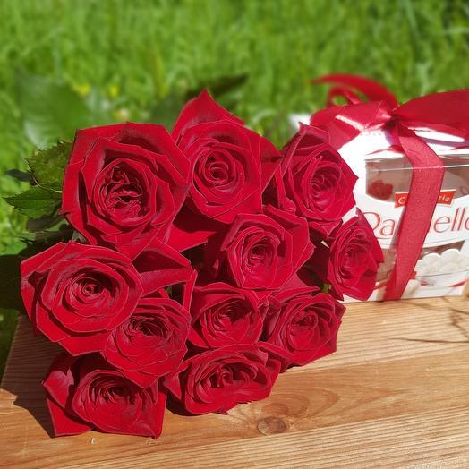 Monobucket of 11 red roses and Raffaello