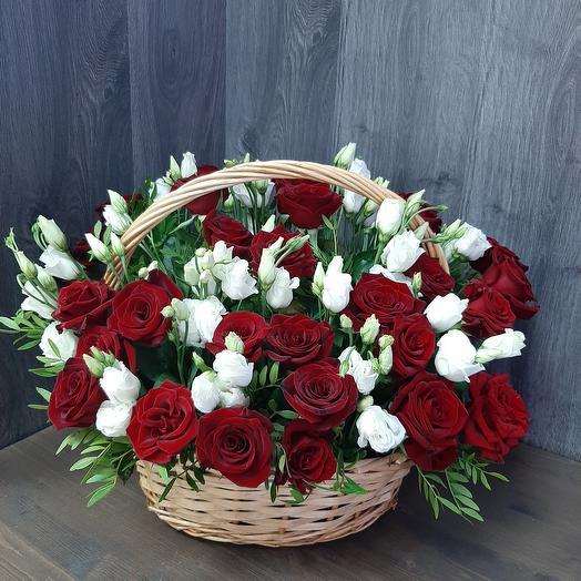 Корзина с красной розой и эустомой