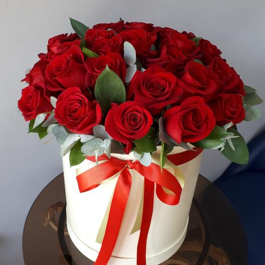 Розы зеленью в коробке