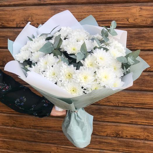 Bouquet of chrysanthemums and eucalyptus