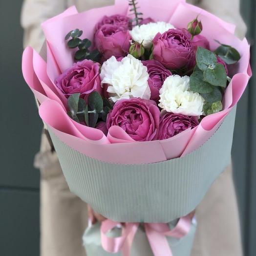 Букет из кустовых пионовидных роз и диантуса