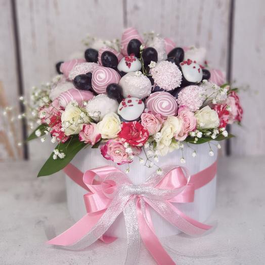Клубника в шоколаде с цветами