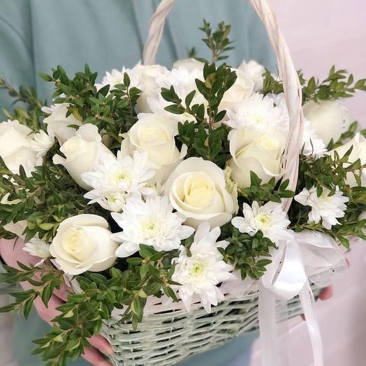 Корзина с розой и хризантемой