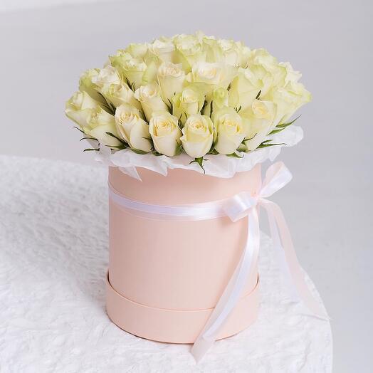 Букет из 41 белой розы Кения в шляпной коробке