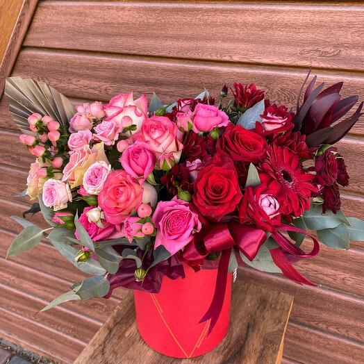 Цветы в коробке Шляпная композиция из кустовых и одноголовых роз