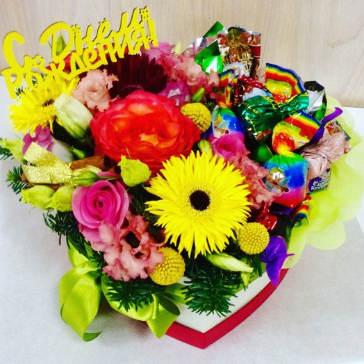 Яркая коробочка цветов и конфет: букеты цветов на заказ Flowwow