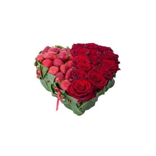 Сладкое сердце из роз и клубники: букеты цветов на заказ Flowwow